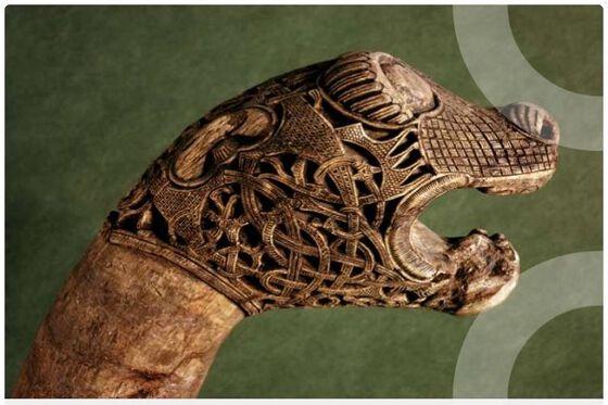 Bilde av utskåret dyrehode fra Vikingskipshuset